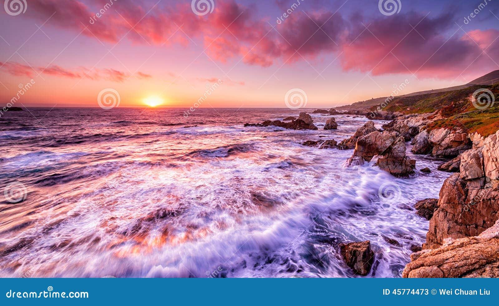 Beau coucher du soleil au-dessus de côte de la Californie