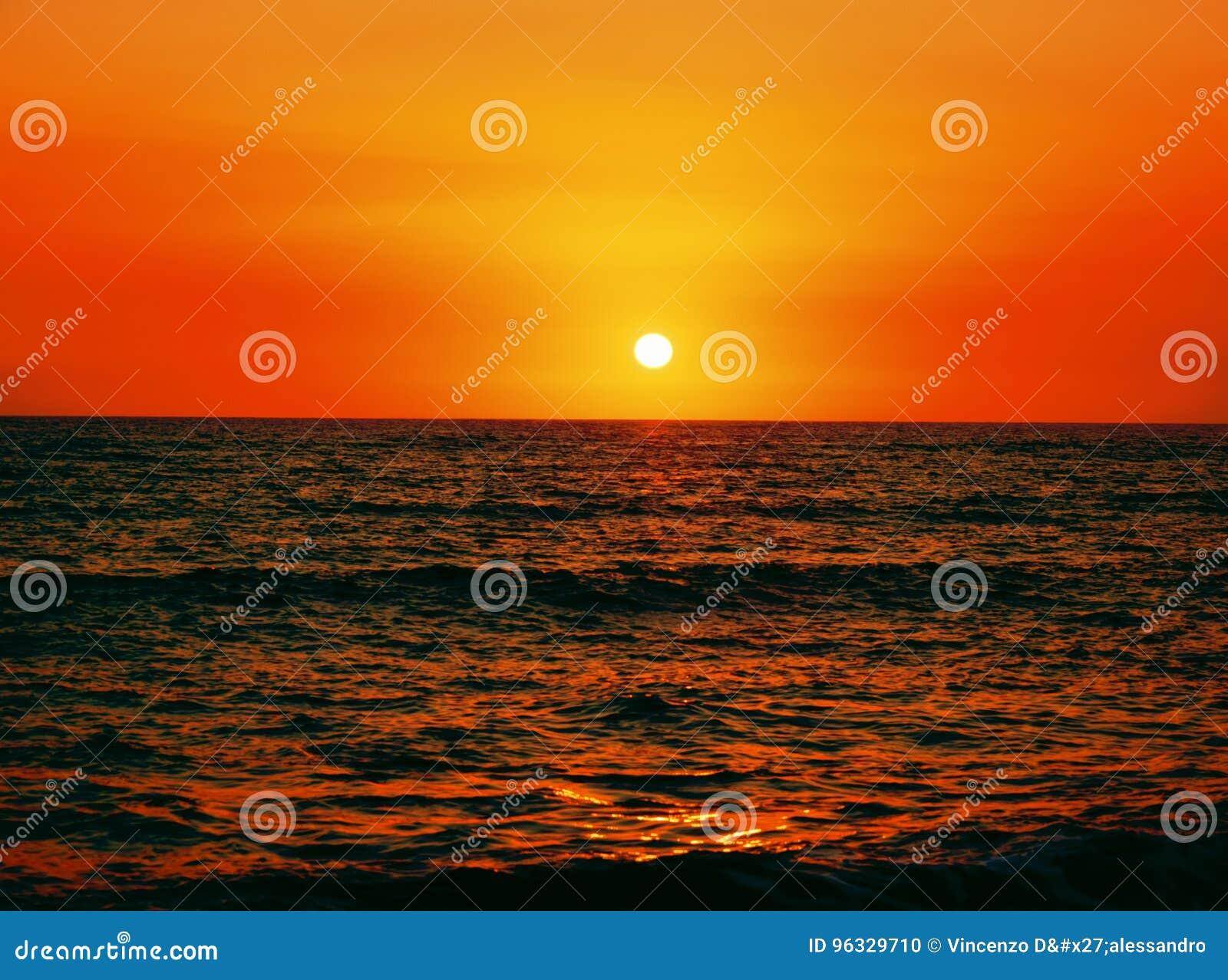 Beau coucher du soleil au-dessus de la mer
