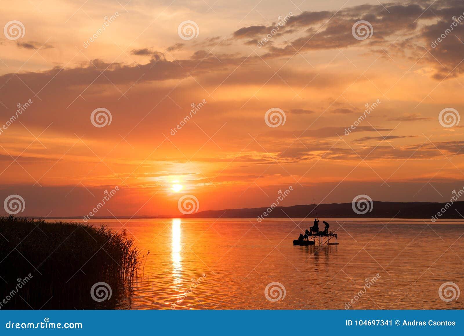 Beau coucher du soleil au-dessus du Lac Balaton