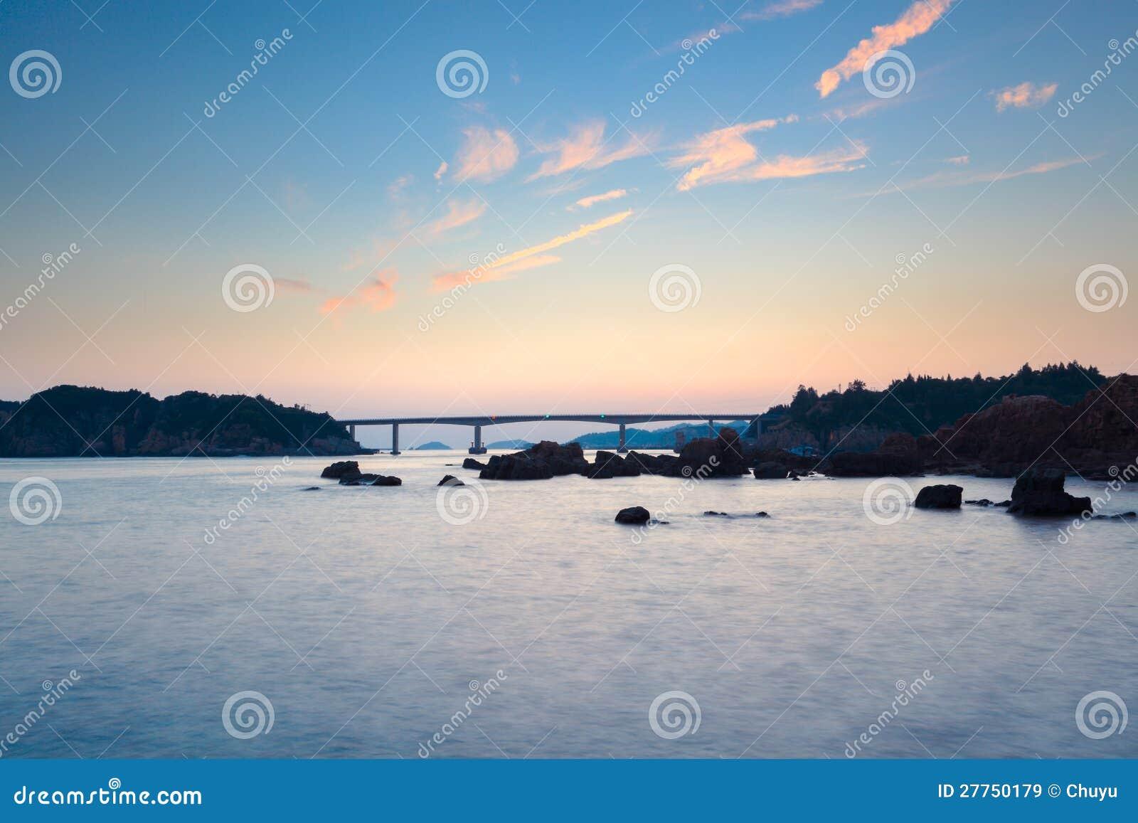 Beau coucher du soleil au paysage marin