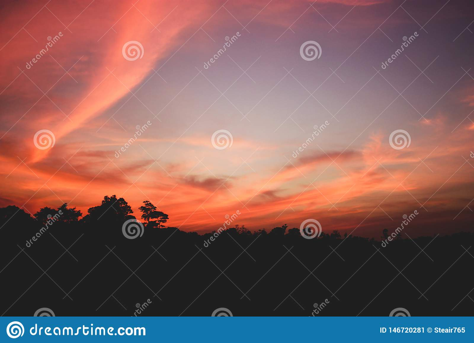 Beau coucher du soleil avec les nuages déchiquetés