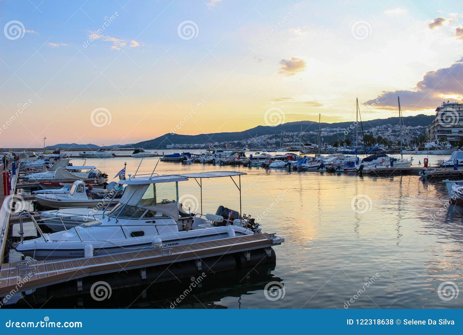 Beau coucher du soleil coloré dans le port de la ville du drame, Grèce avec des bateaux