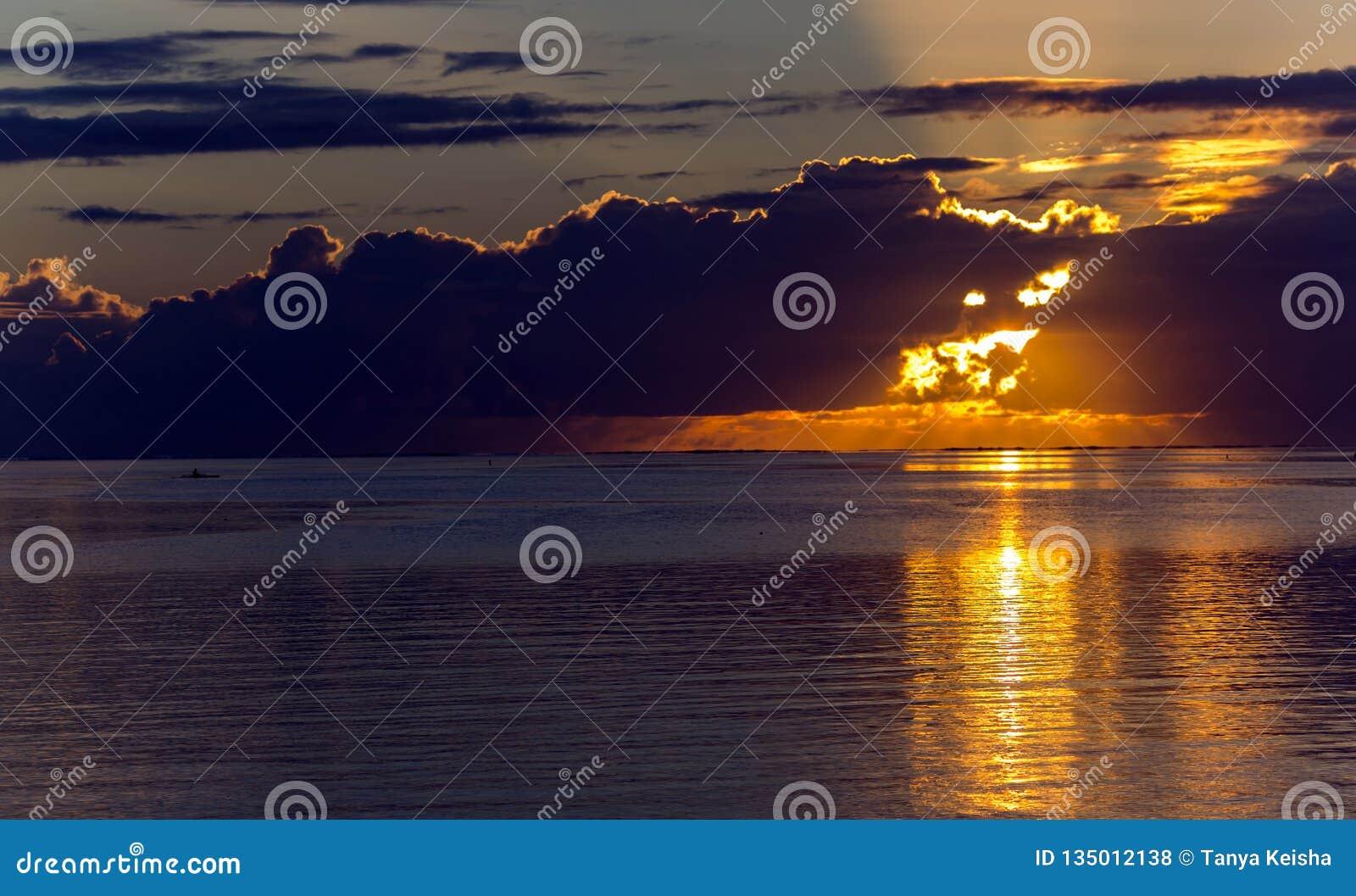Beau coucher du soleil d or près de l île de Bora-Bora