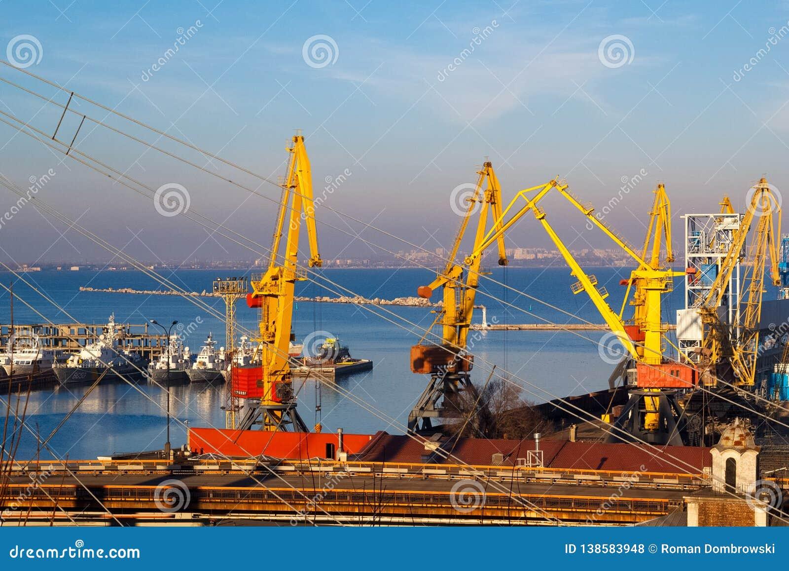 Beau coucher du soleil dans le port maritime d Odessa l ukraine