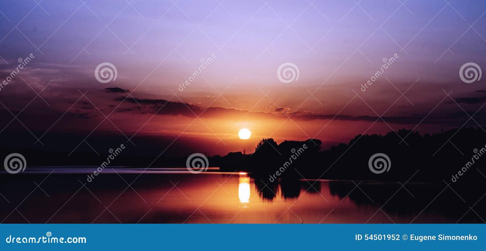 Beau coucher du soleil de lac