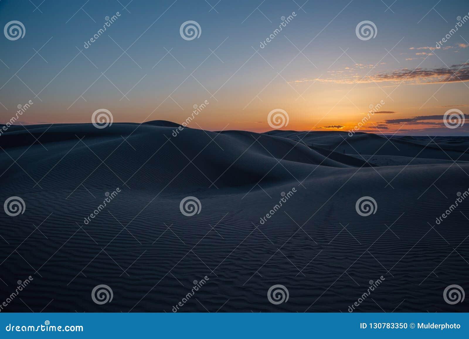 Beau coucher du soleil en dunes de sable au-dessus de désert barkhan dans Kazakhstan