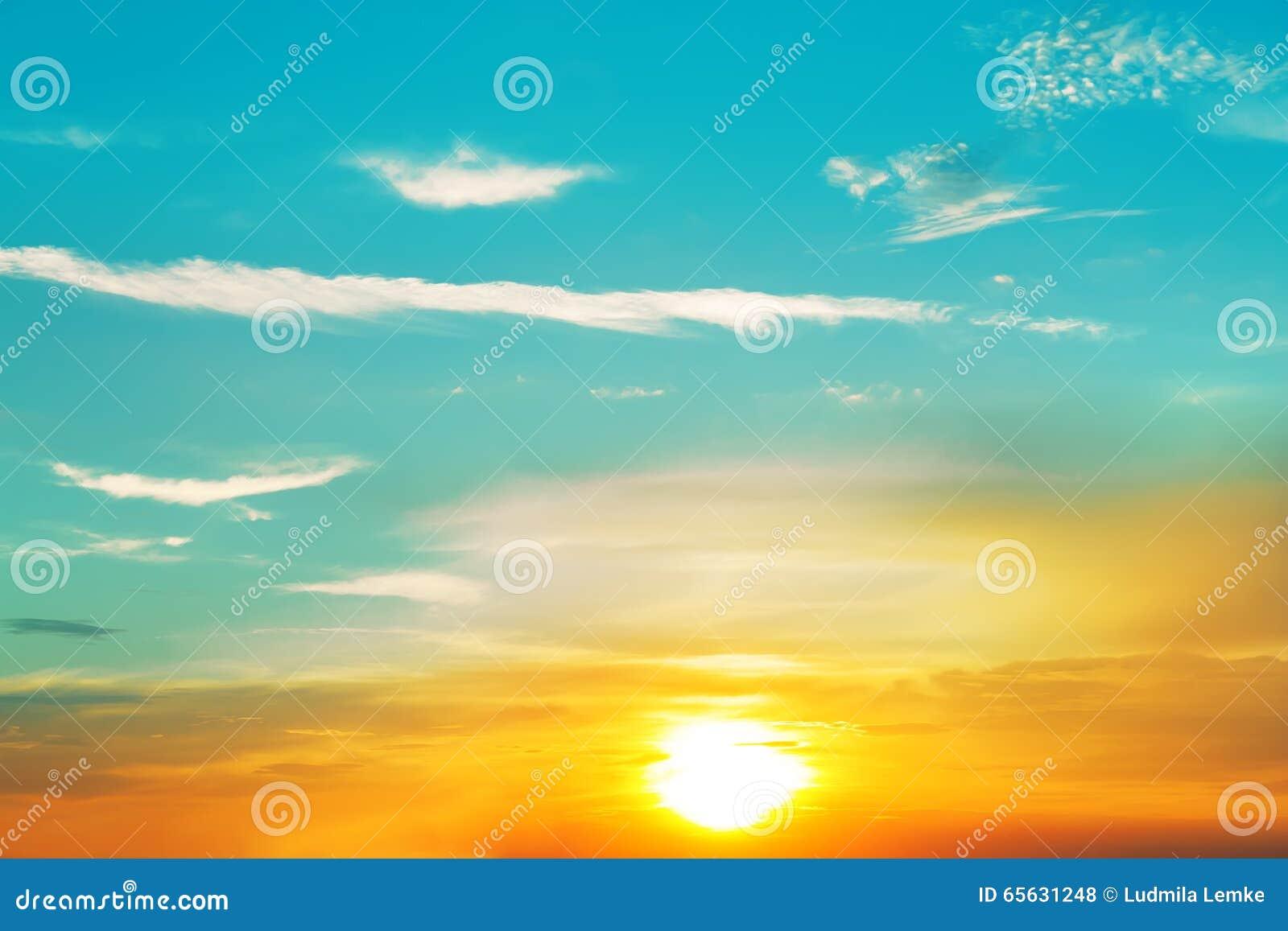 Beau coucher du soleil, nuages majestueux légers