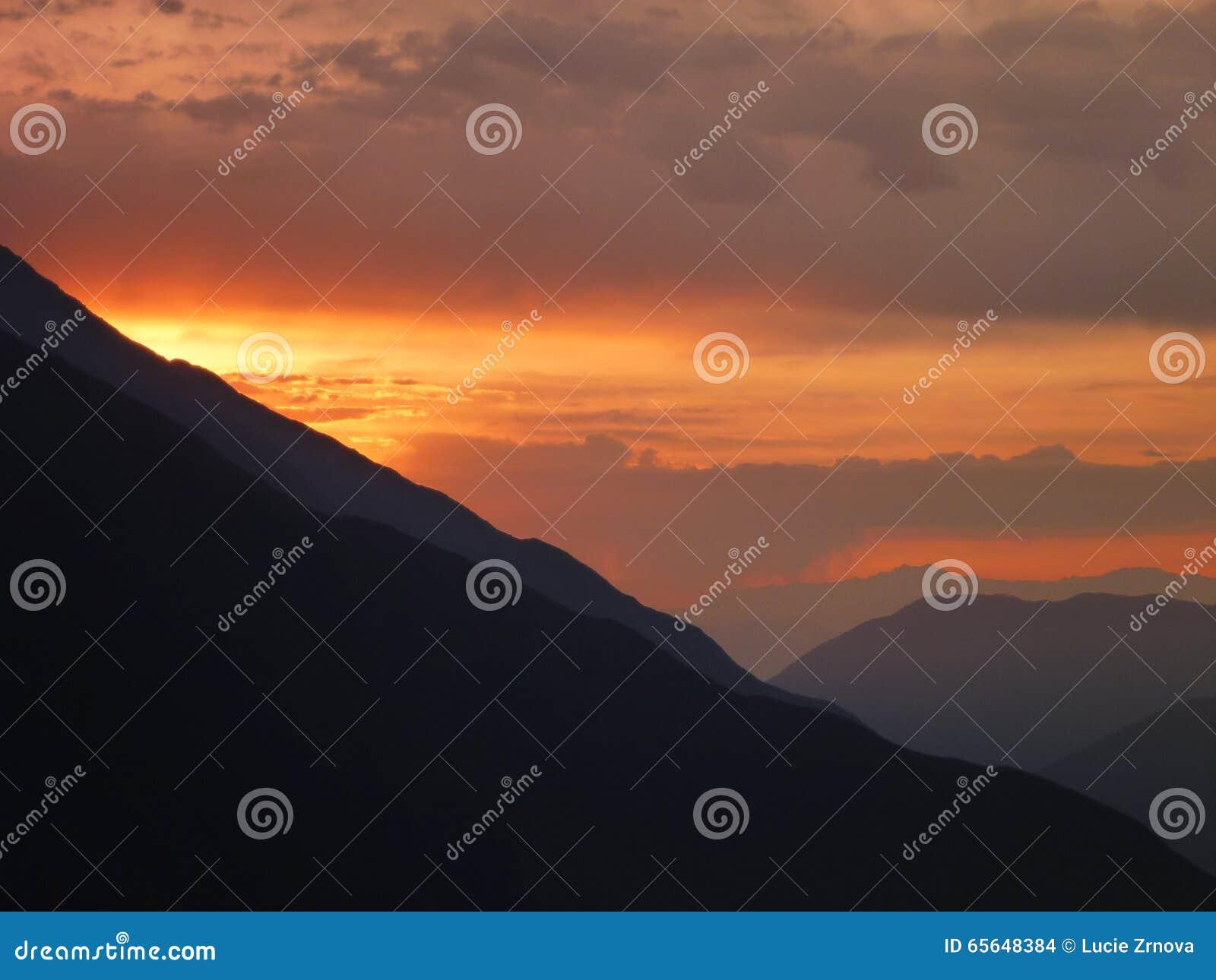 Beau coucher du soleil romantique chez les Andes péruviens