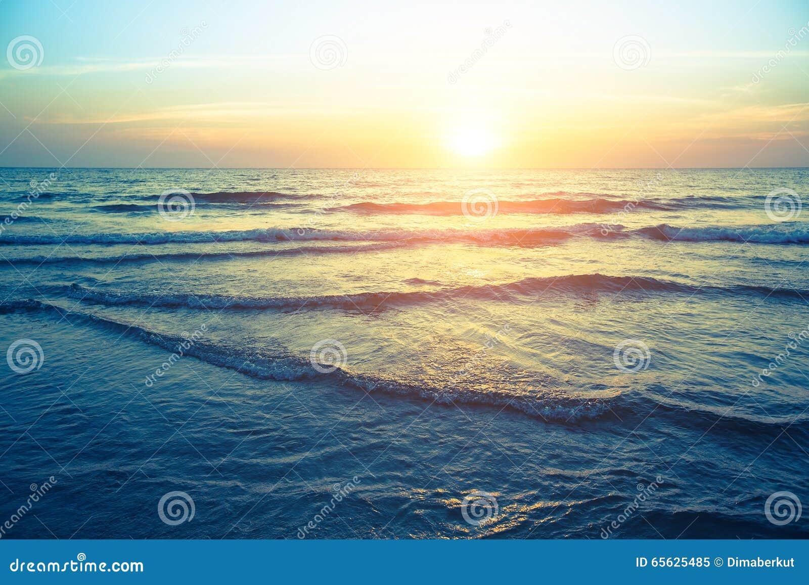 Beau coucher du soleil sur la nature de côte