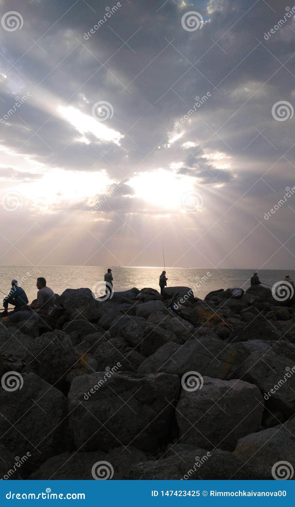 Beau coucher du soleil sur la pêche dans des tons jaune-gris