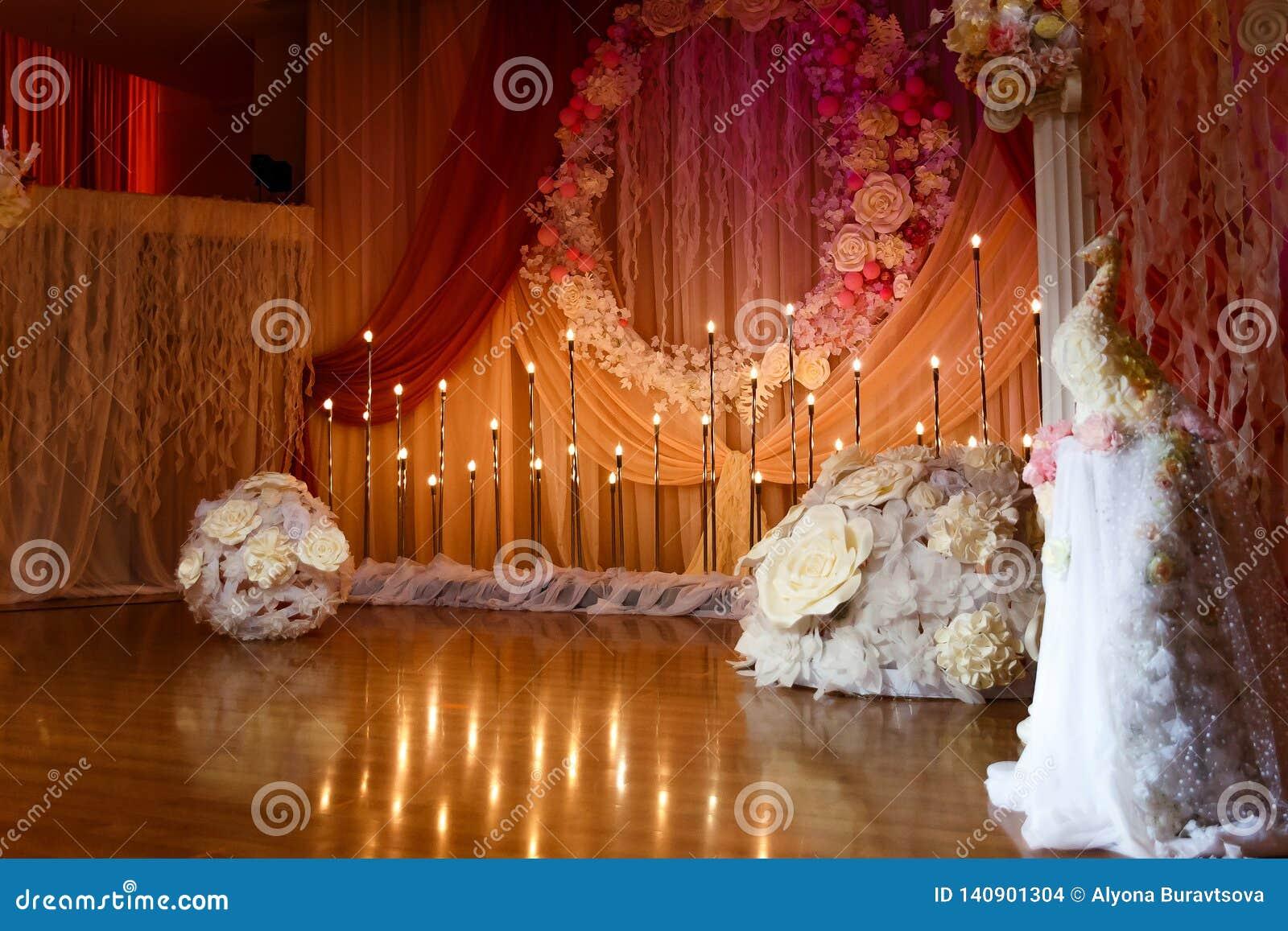 Beau dégagement l épousant avec des fleurs et des bougies