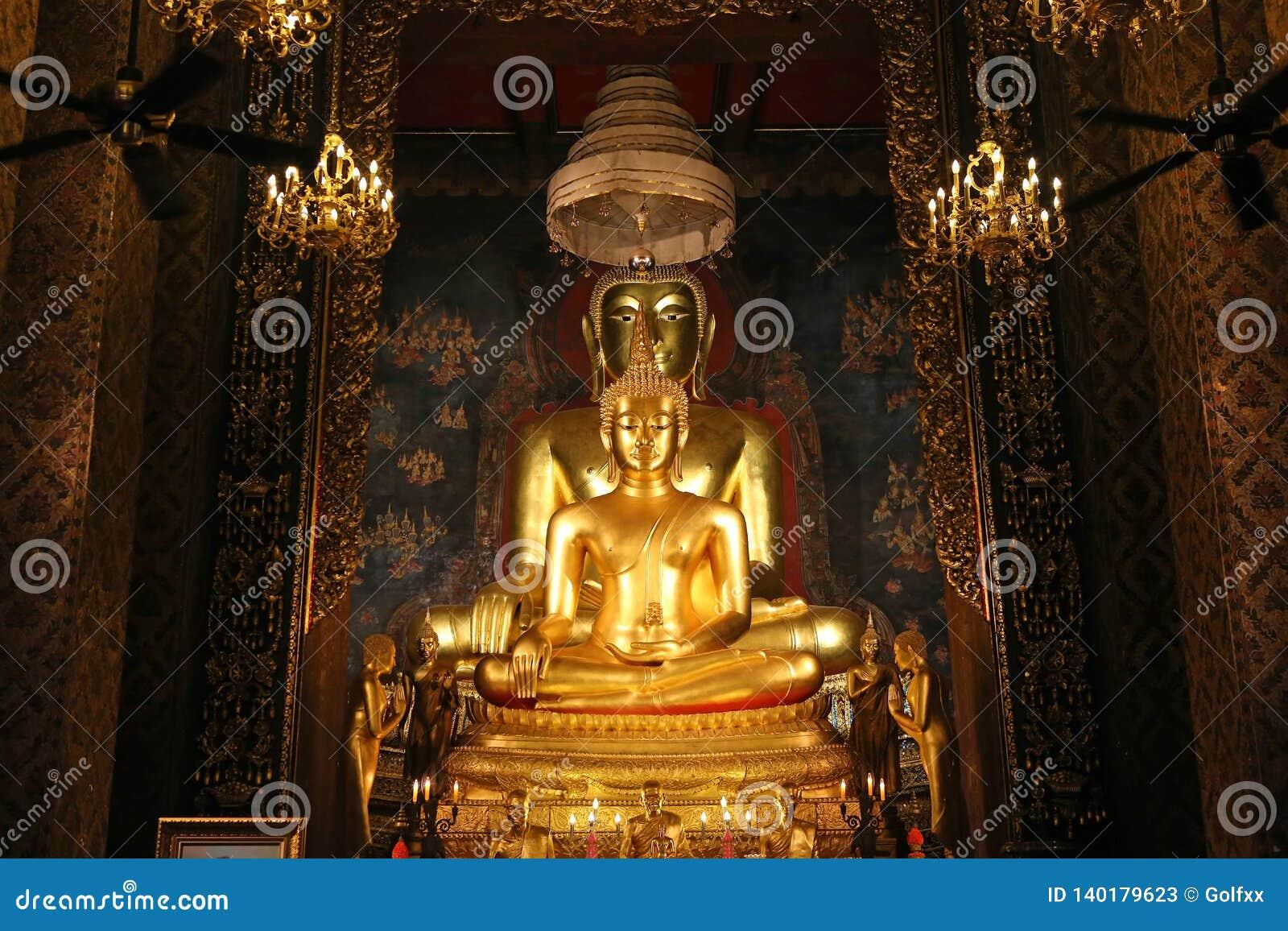 Beau de la statue d or de Bouddha et de l architecture thaïlandaise d art dans le temple de la Thaïlande