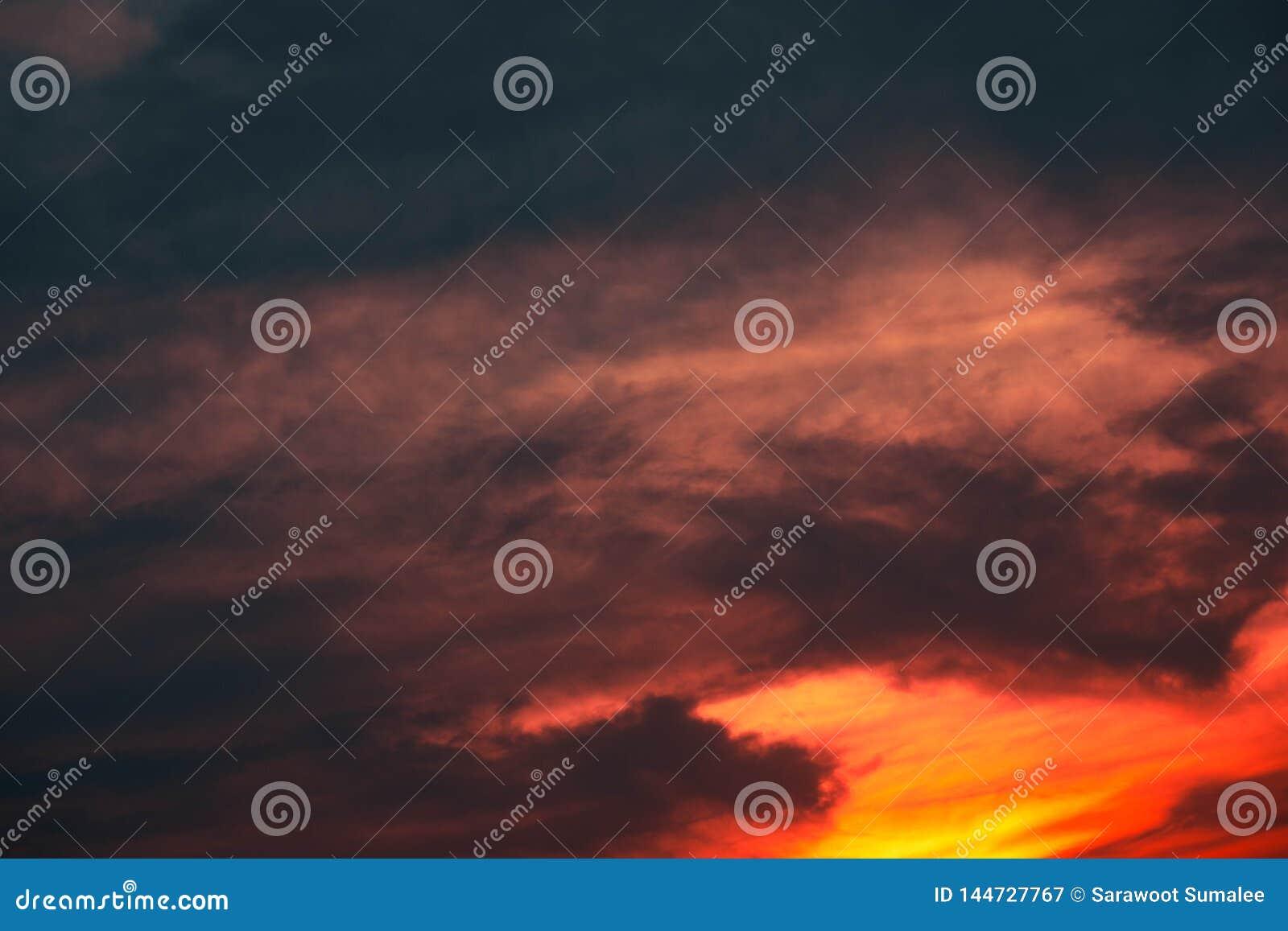 Beau du nuage stratus à l arrière-plan de coucher du soleil pour la prévision et le concept de météorologie