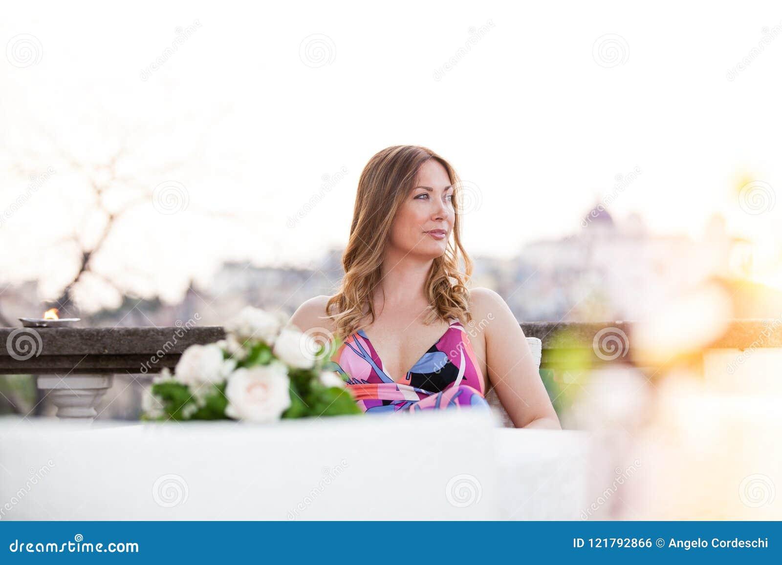 Beau et avec du charme se reposer de femme extérieur