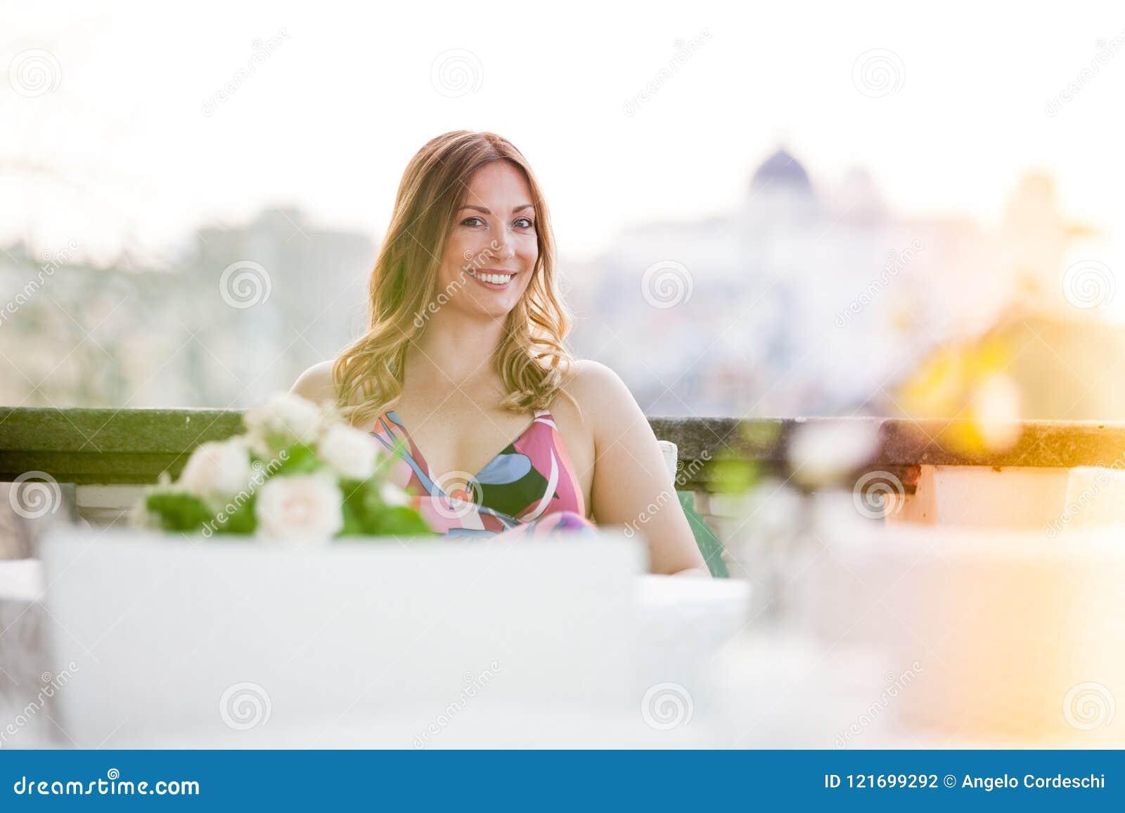 Beau et charmant se reposer de sourire de femme extérieur