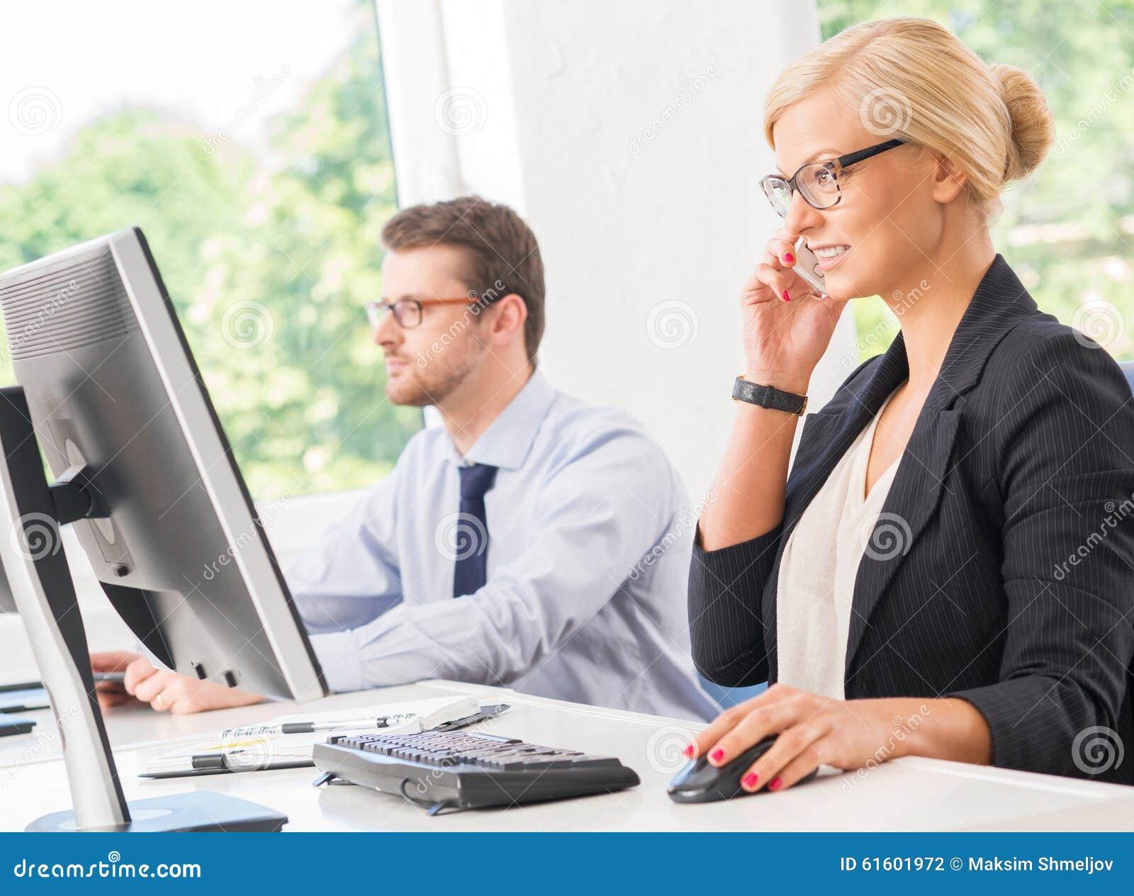 Beau et sûr CEO de femelle ayant une conversation d affaires