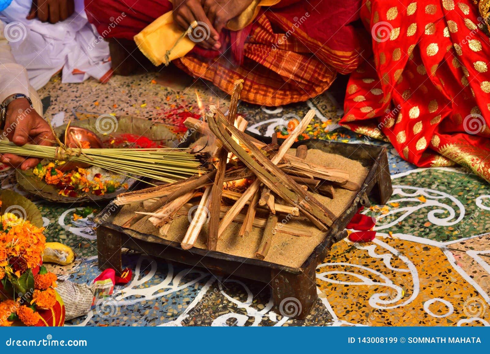 Beau et sacré endroit disposé pour le mariage vedic