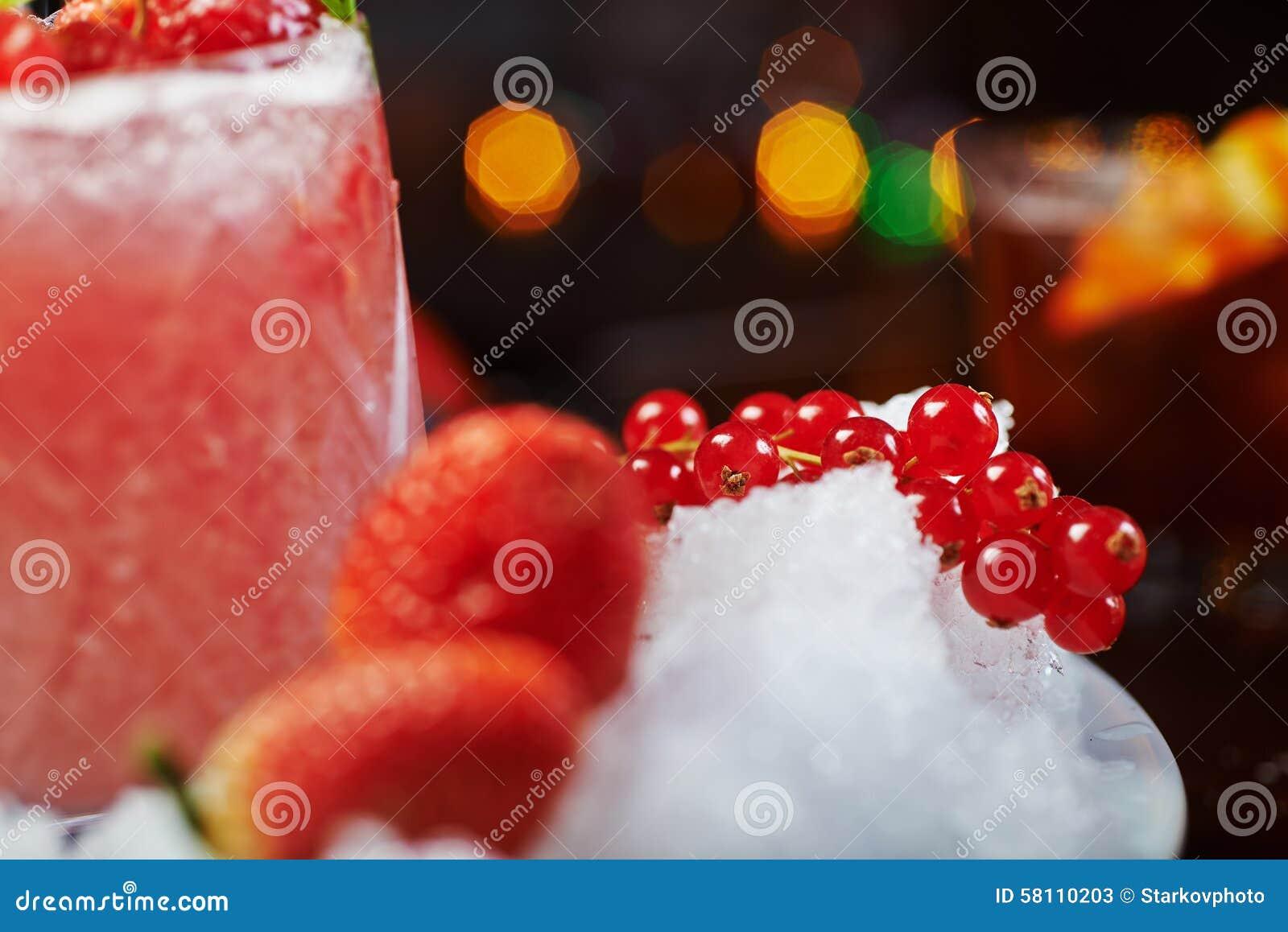 Beau et savoureux cocktail lumineux ou limonade alcoolique avec un chapeau des framboises de glace, en bon état et fraîches surge