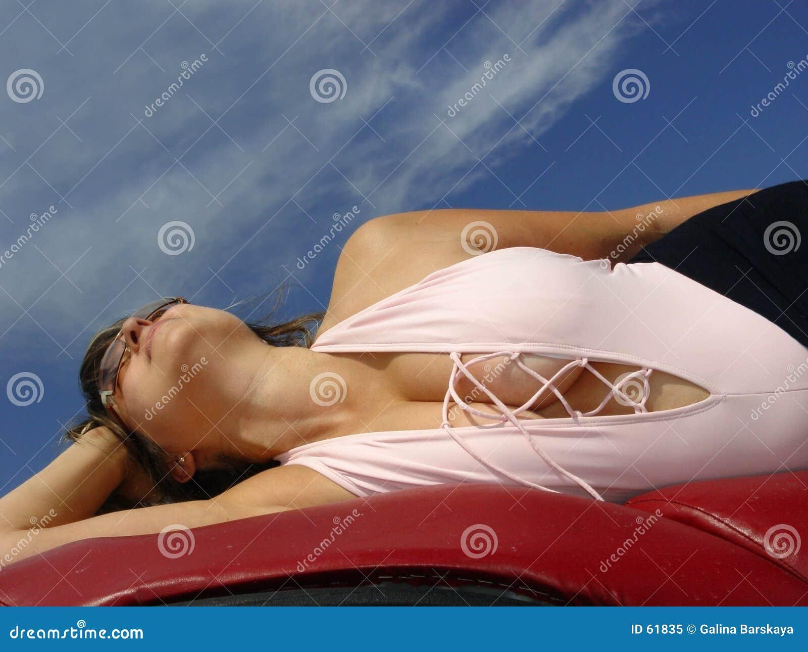 Download Beau femme image stock. Image du heureux, rose, mensonge - 61835