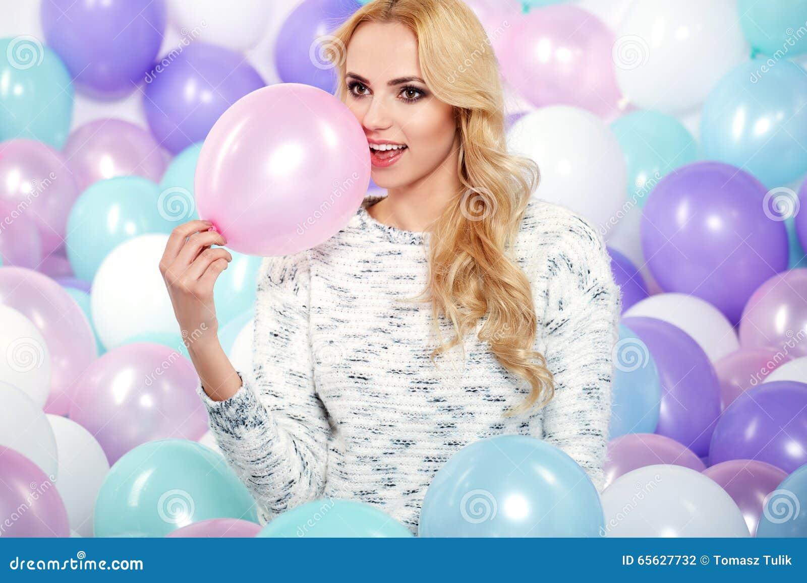 Beau femme avec des ballons