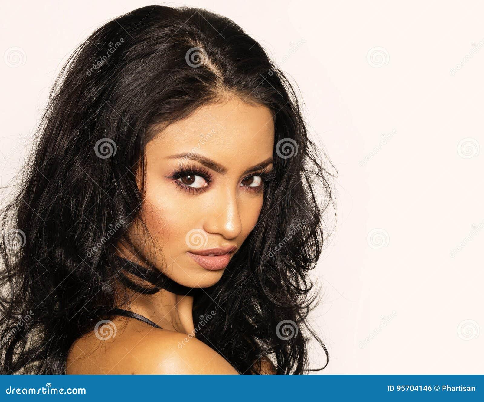 Beau femme avec le long cheveu foncé