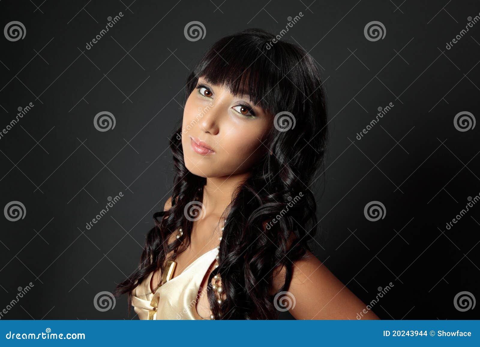 Beau femme avec le long renivellement de cheveu foncé