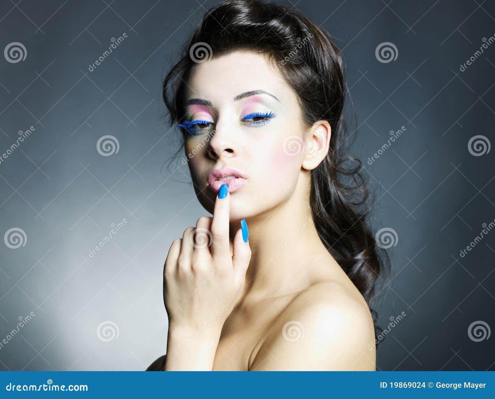 Beau femme avec le renivellement et la manucure lumineux