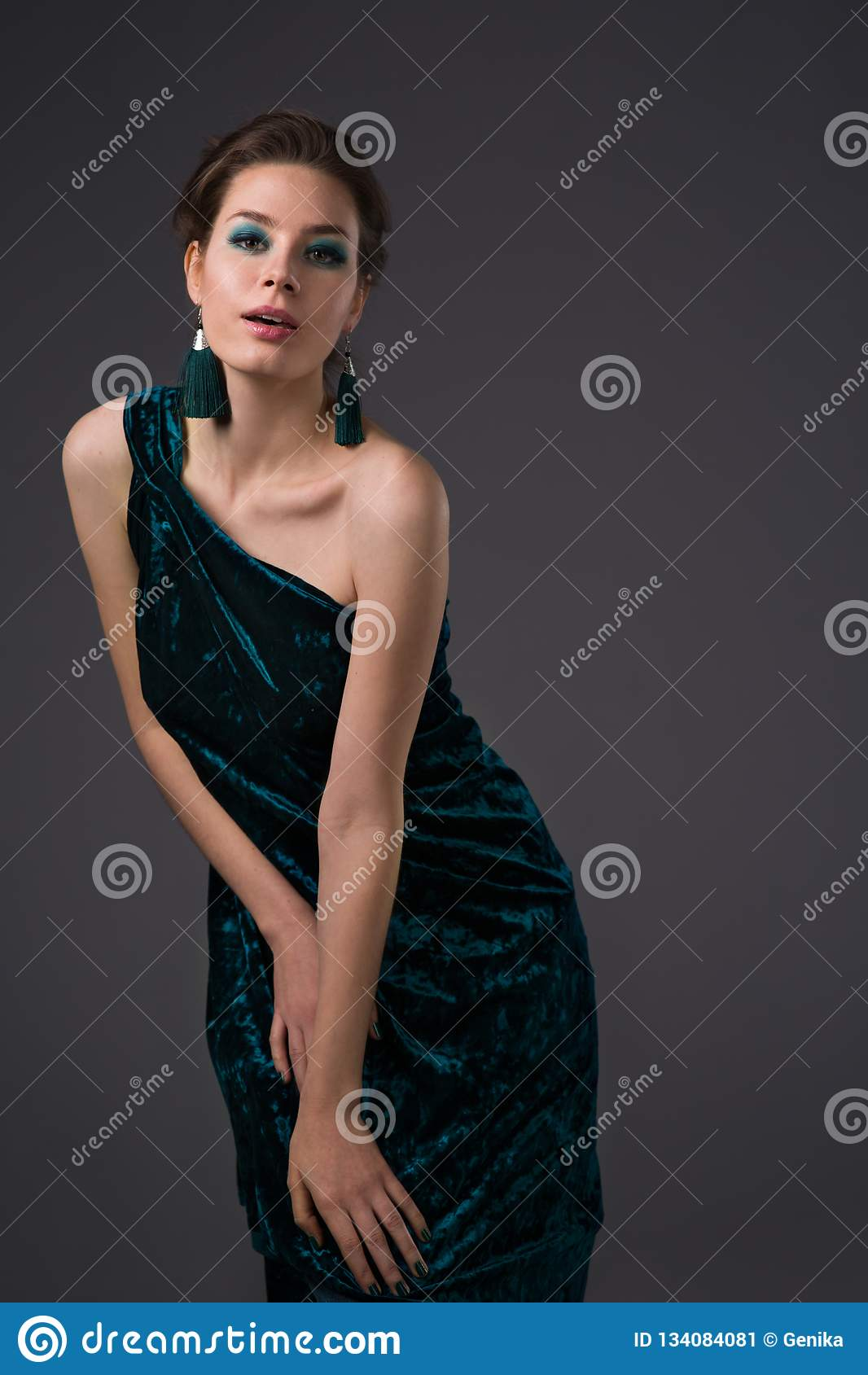 Beau femme avec le renivellement lumineux