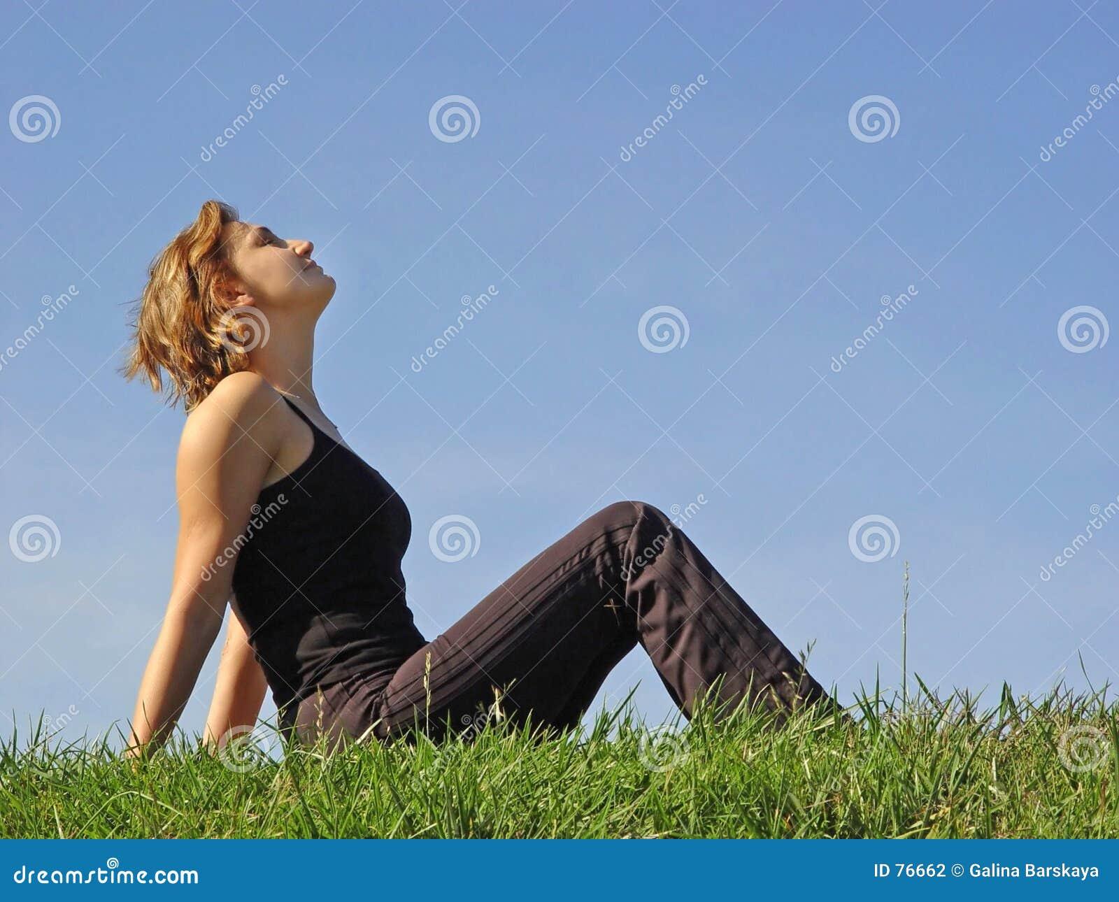 Beau femme dans l herbe