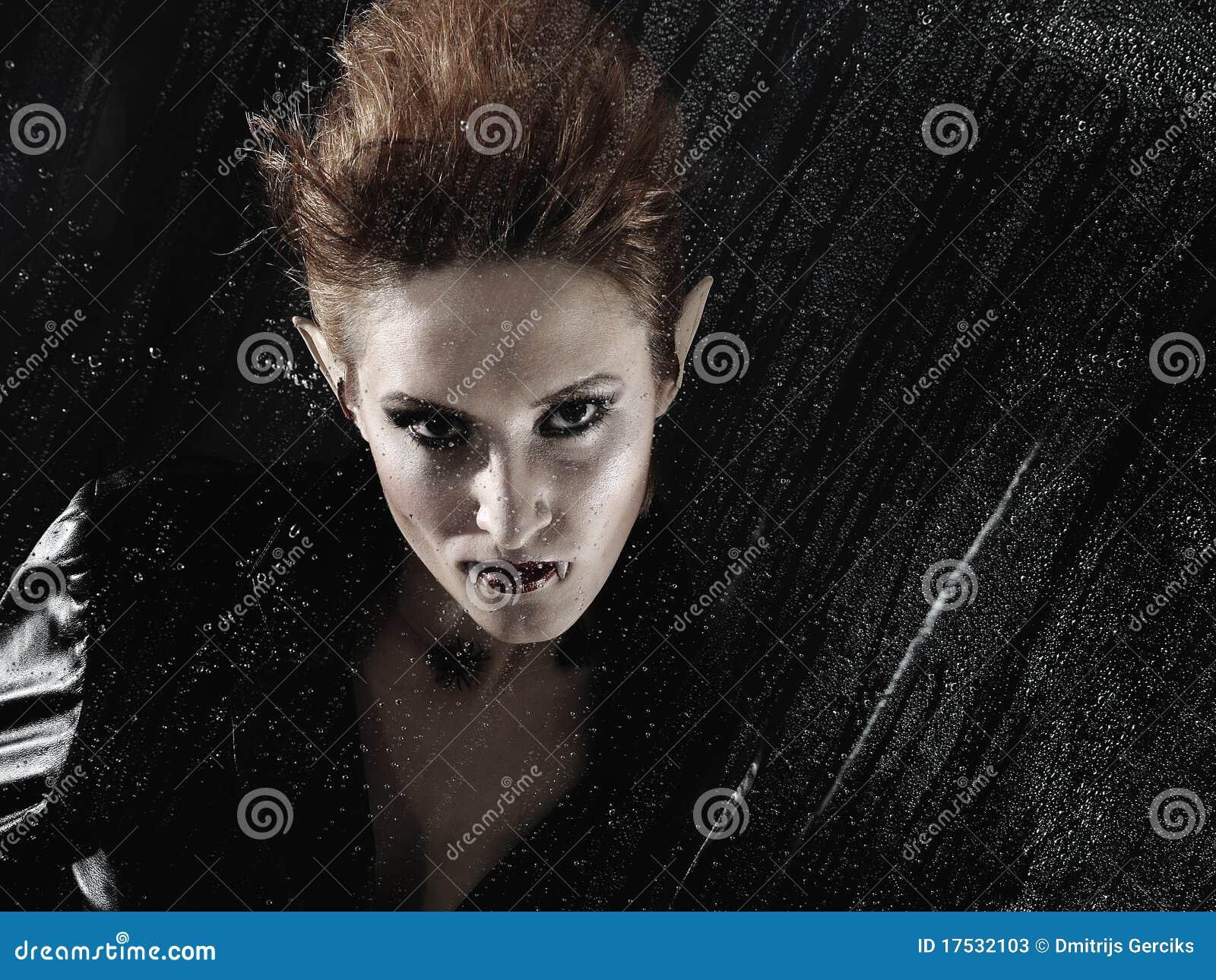 Beau femme de vampire derrière l hublot pluvieux