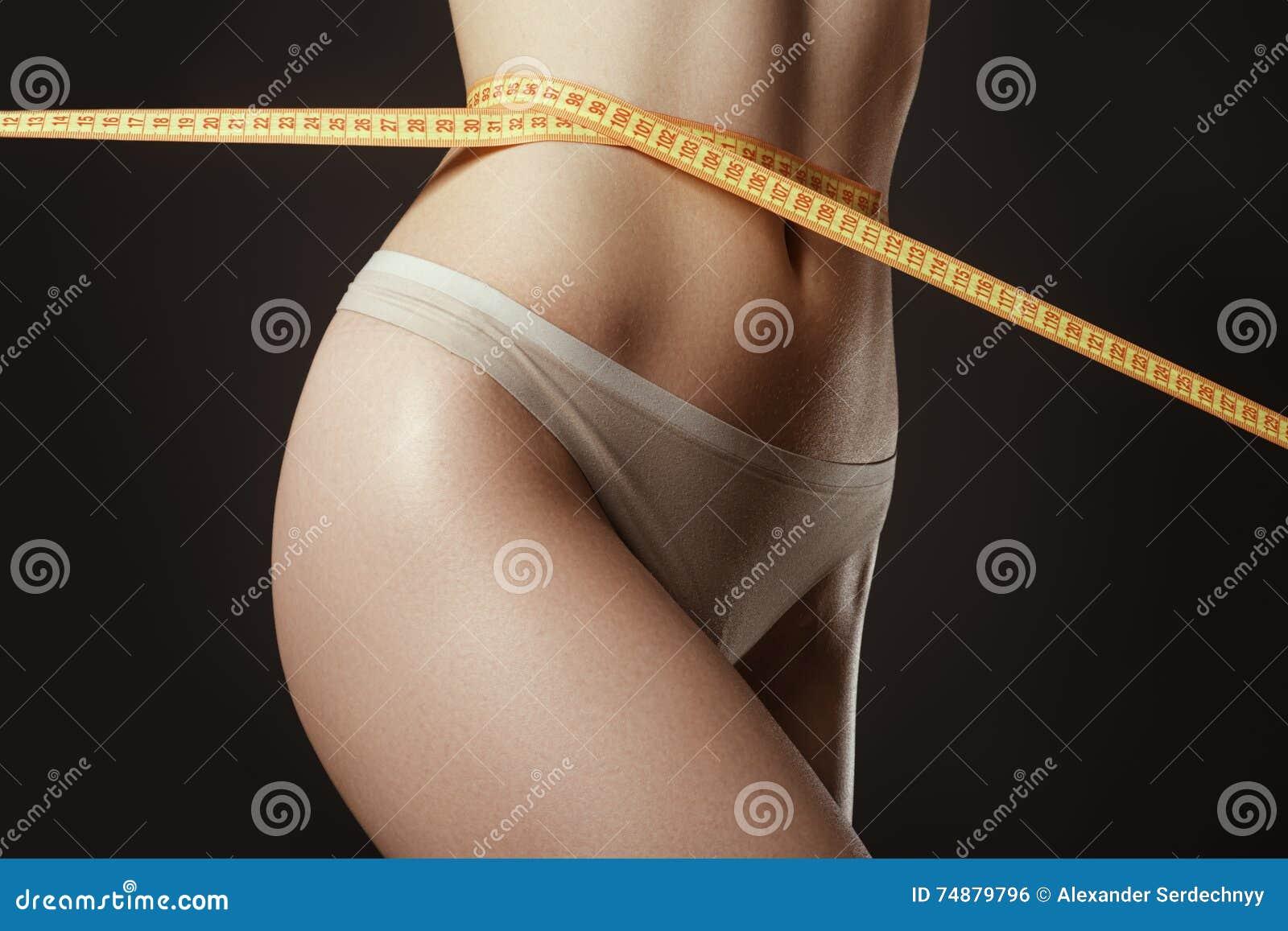 Beau femme parfait de mesure de cuisse de forme Elle perdent pèsent