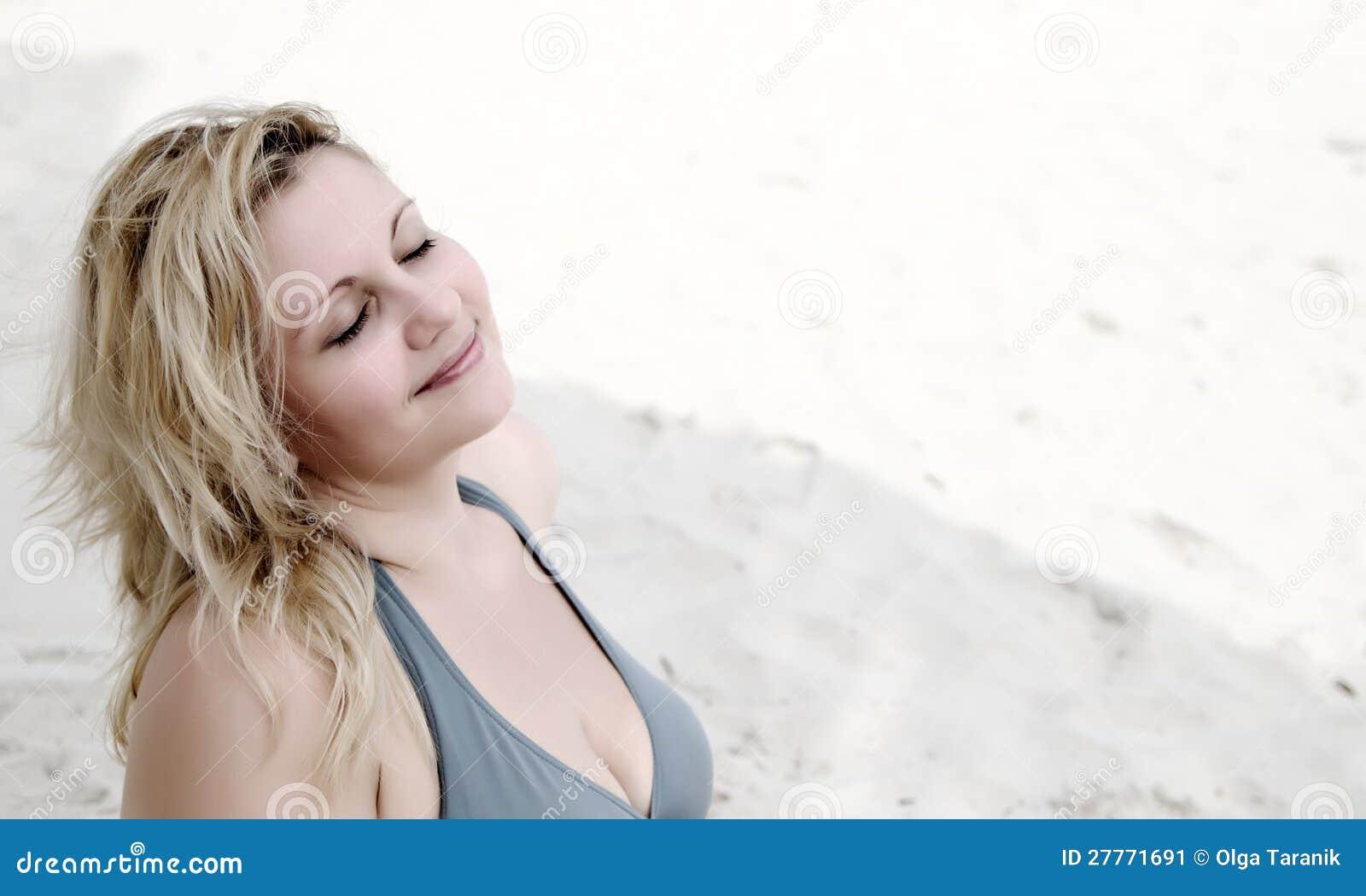 Beau femme rêvant sur la plage