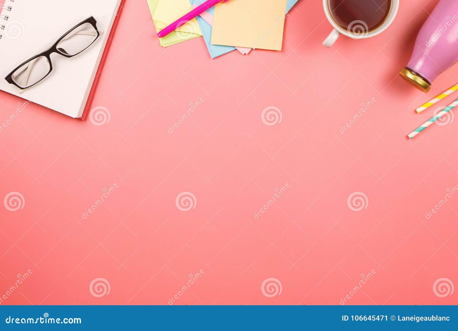 Beau flatlay avec le carnet, les verres, les papiers de note colorés, la tasse de thé, la bouteille avec du jus ou le smoothie et