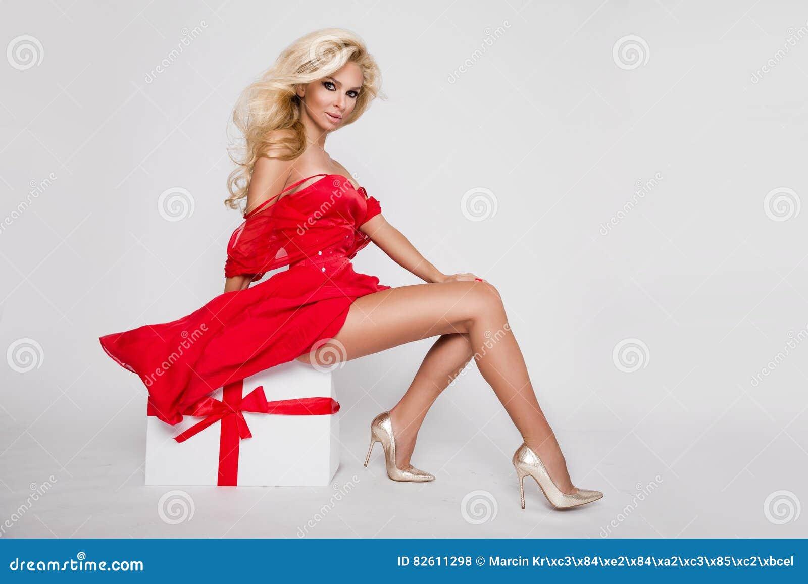 Beau flocon de neige modèle femelle blond sexy habillé comme lingerie rouge érotique de Santa Claus