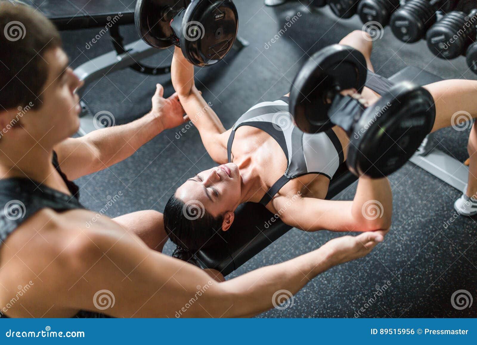 Beau haltérophile féminin dans la formation