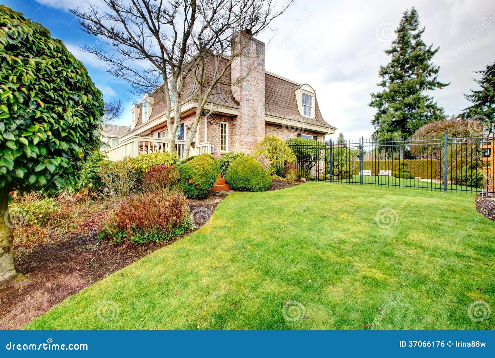 Beau jardin cl tur d 39 arri re cour image libre de droits for Jardin cour