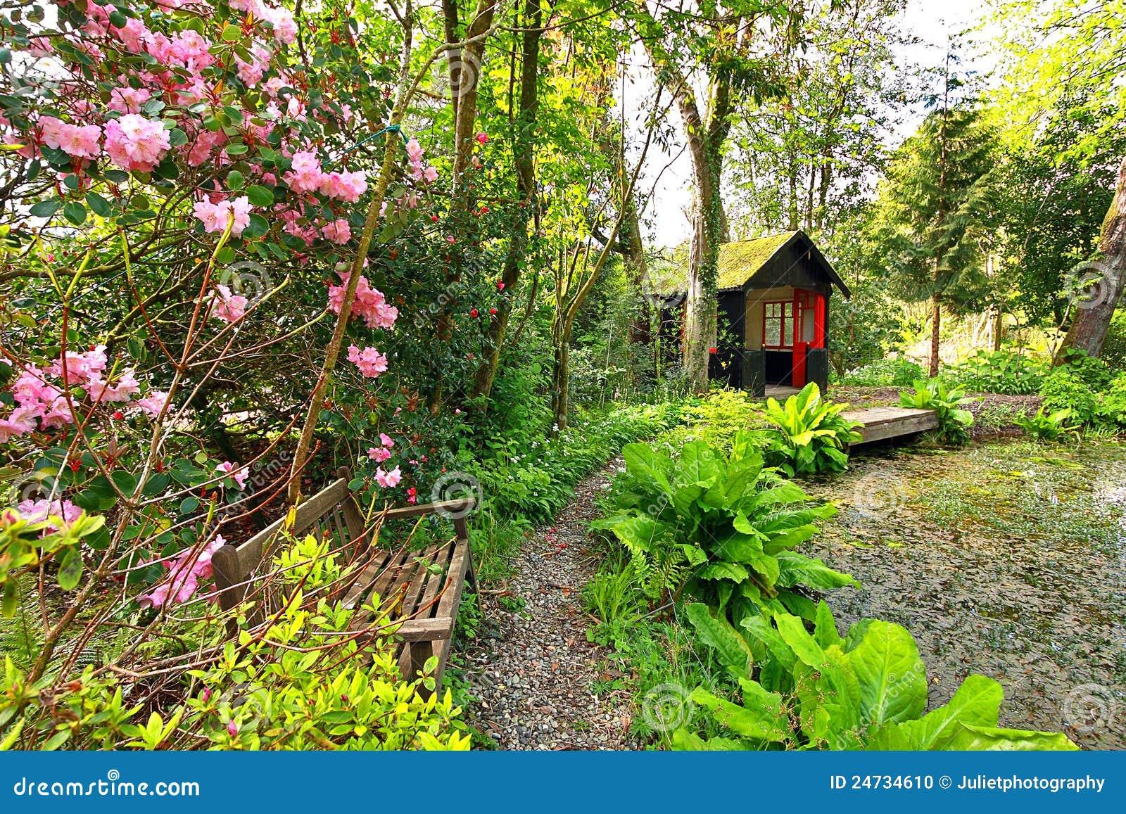 Beau Jardin Romantique Dans Le Printemps Photo stock - Image du ...