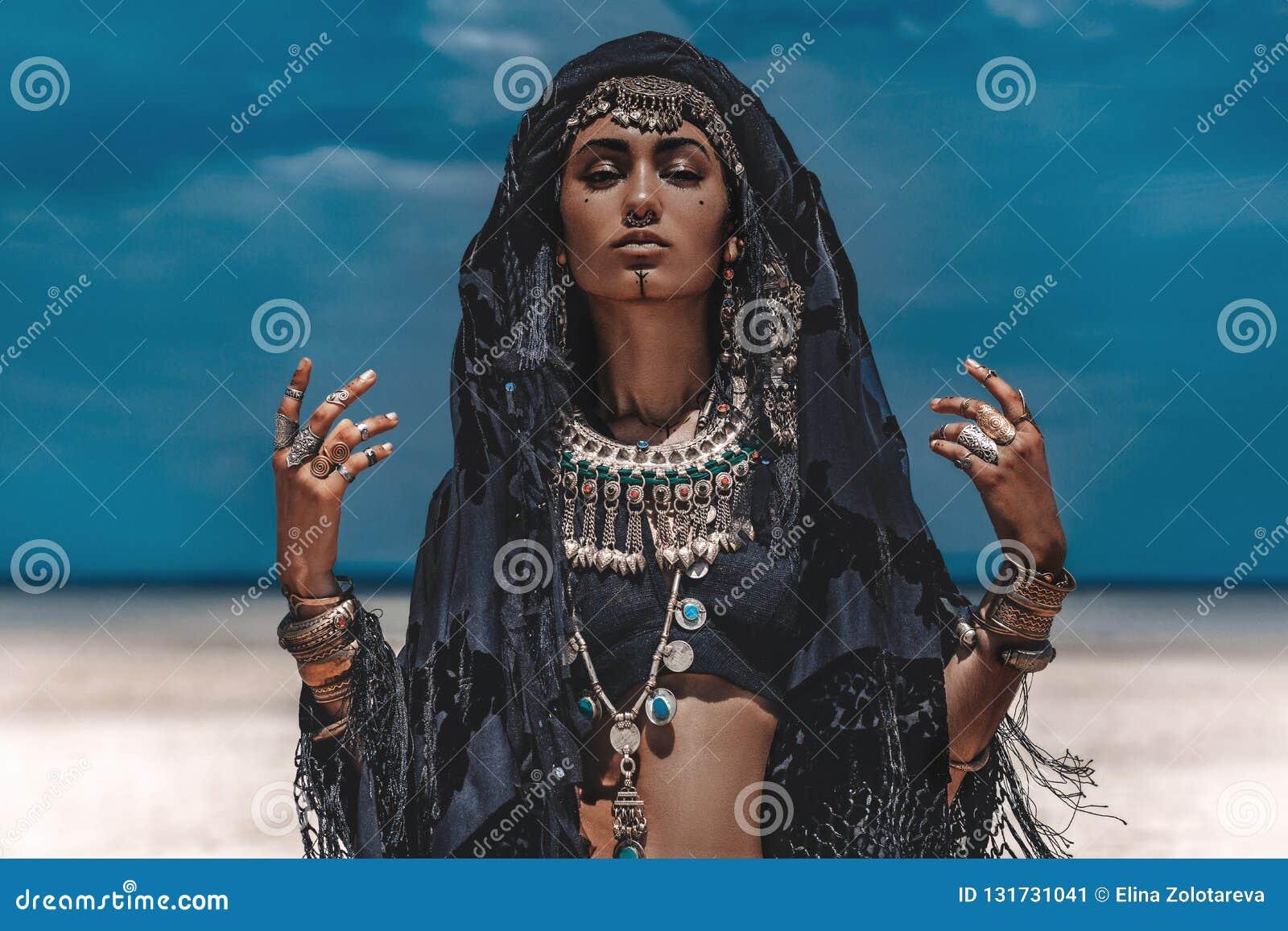Beau jeune danseur tribal élégant Femme dans le costume oriental dehors