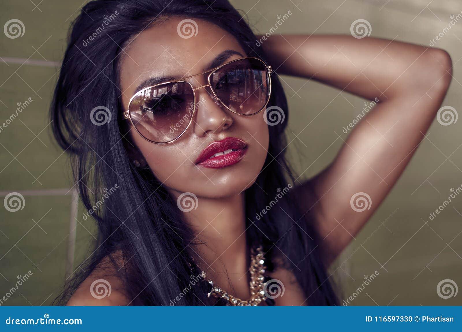 Beau jeune femme avec le long cheveu foncé