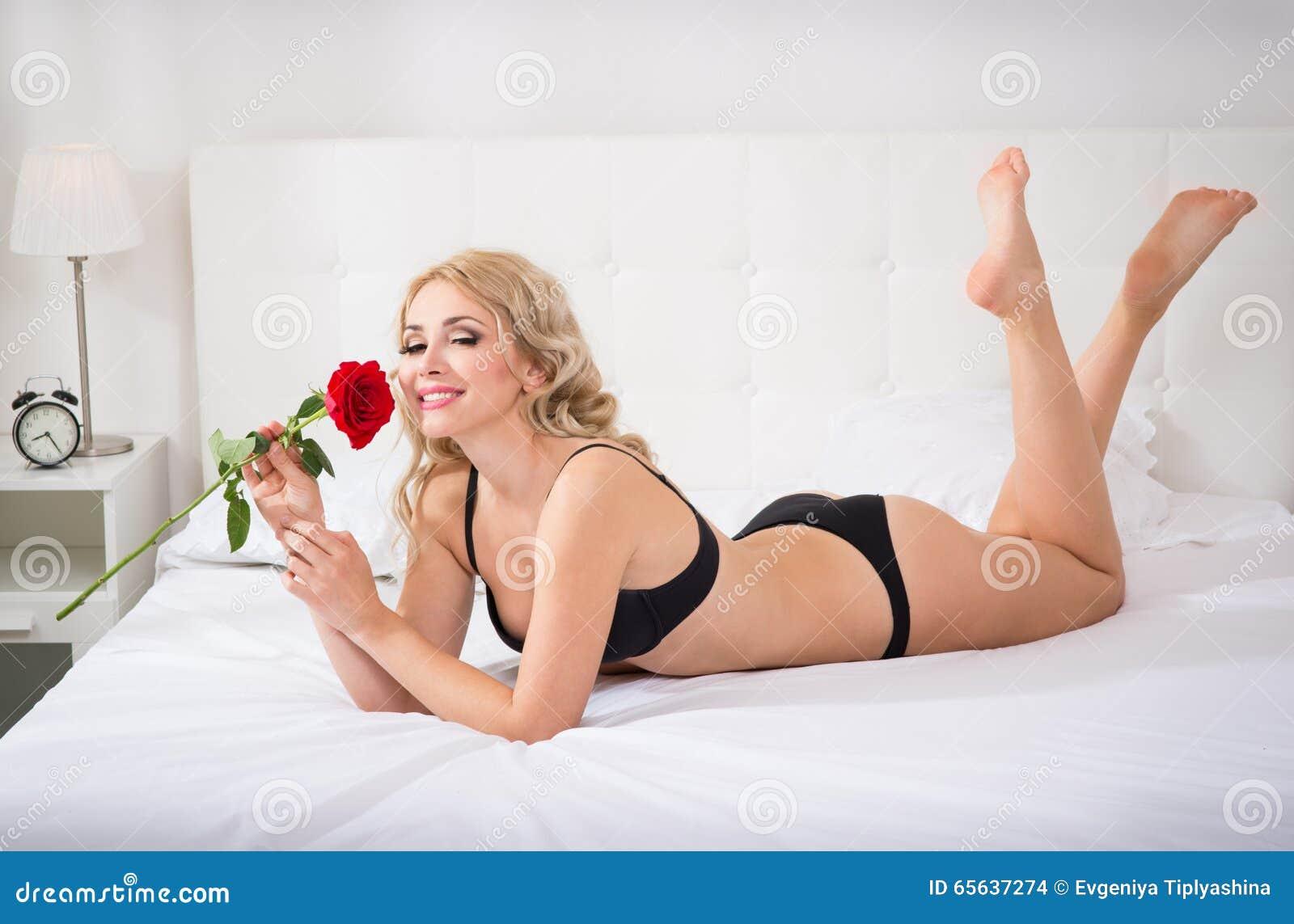 Beau jeune femme avec une rose