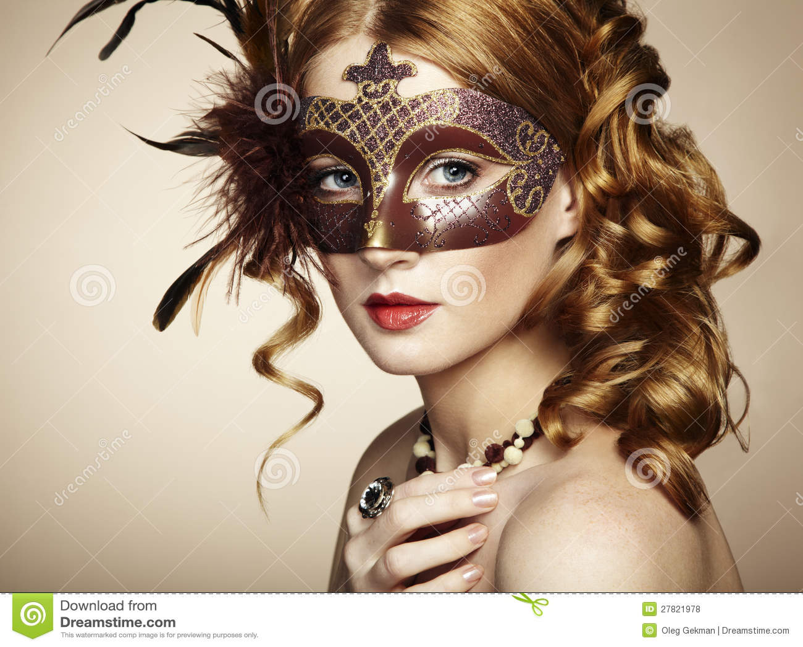 beau jeune femme dans le masque v nitien brun. Black Bedroom Furniture Sets. Home Design Ideas