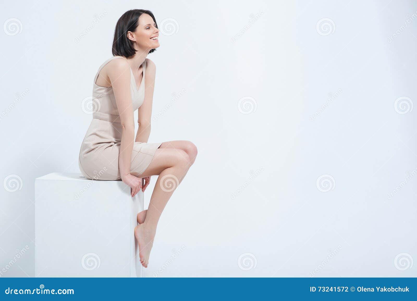 Beau jeune femme posant dans la robe