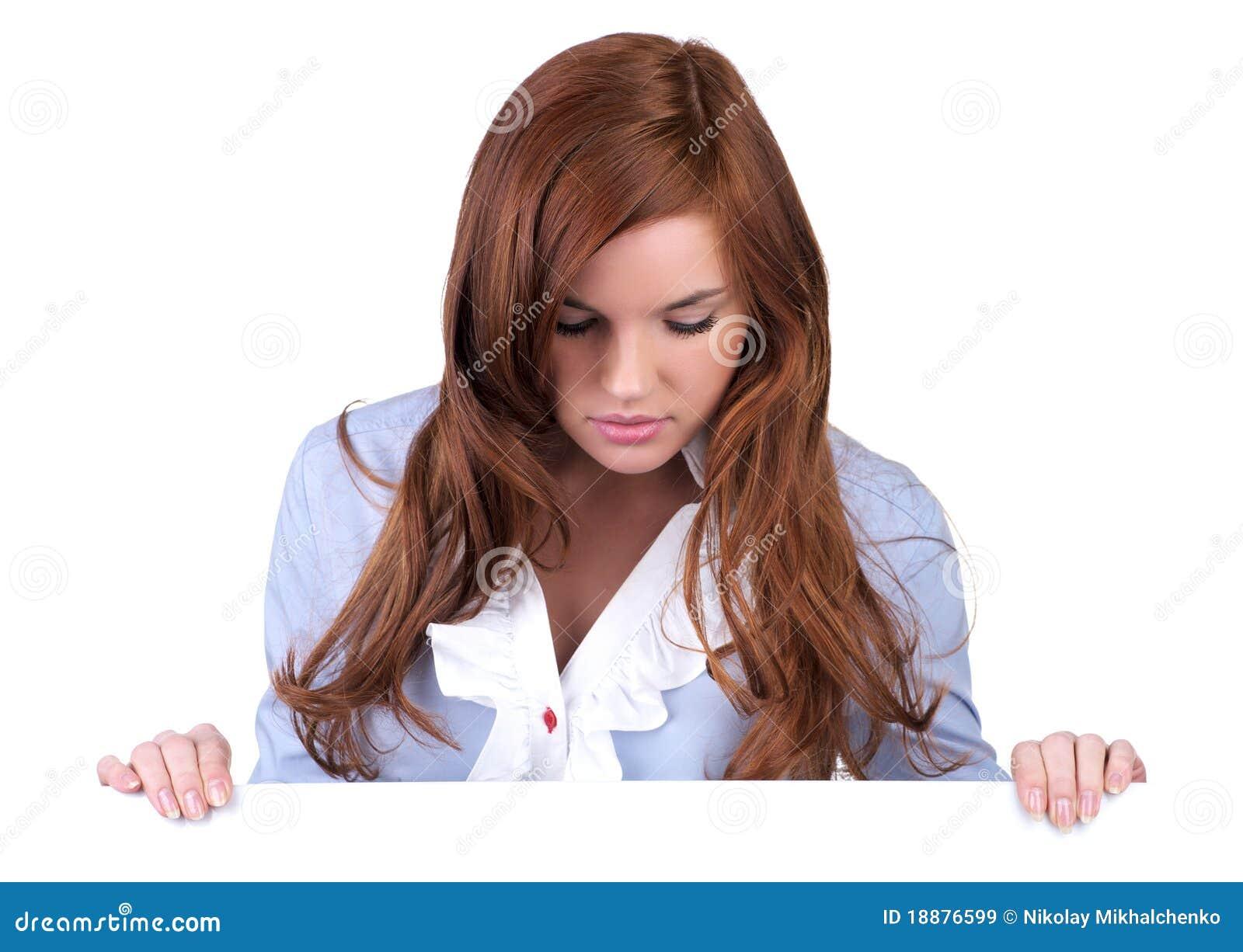 Beau jeune femme regardant vers le bas