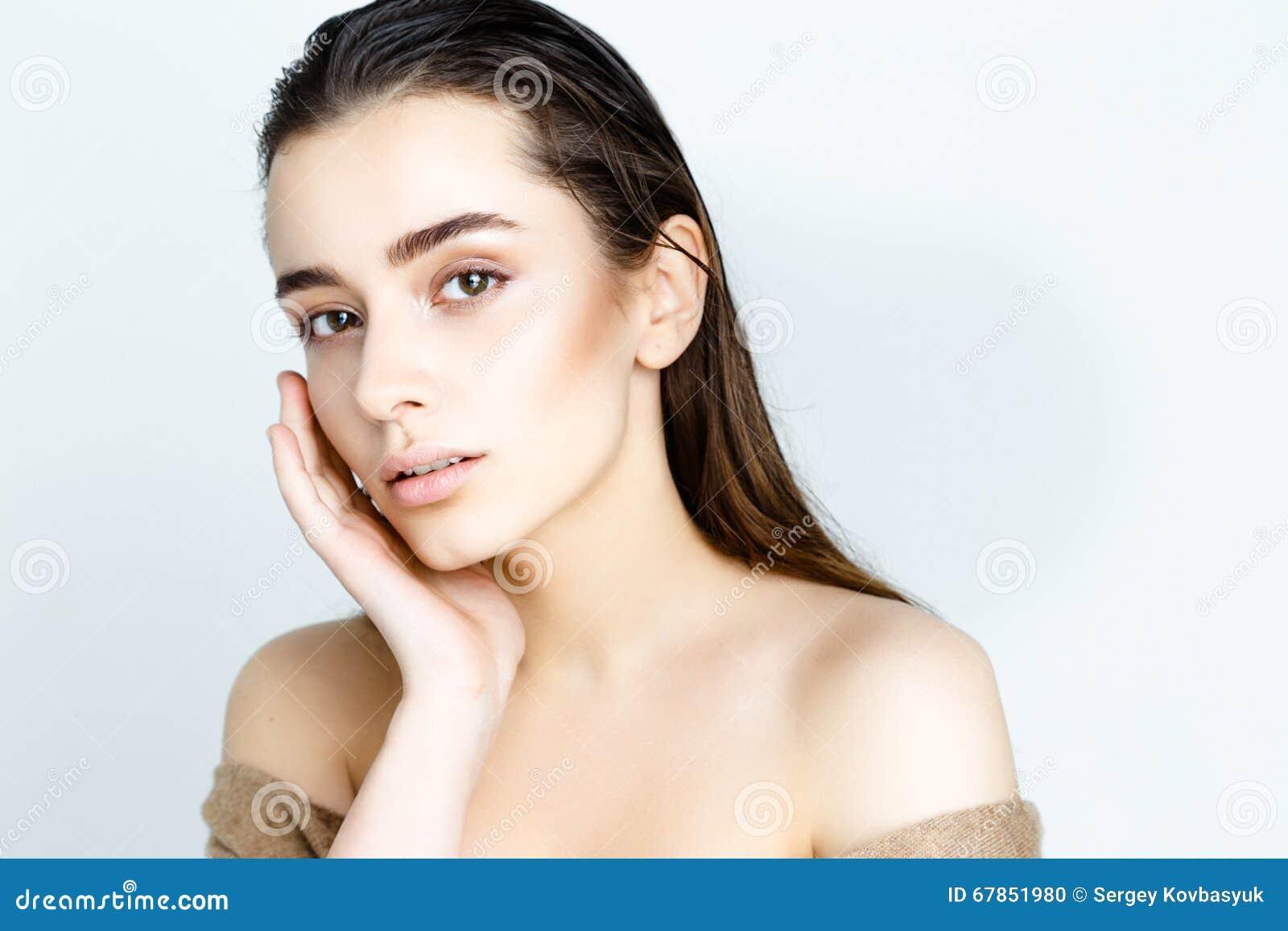 Beau jeune modèle avec de longs cheveux humides, maquillage léger, regard frais d été avec la coiffure humide de plage