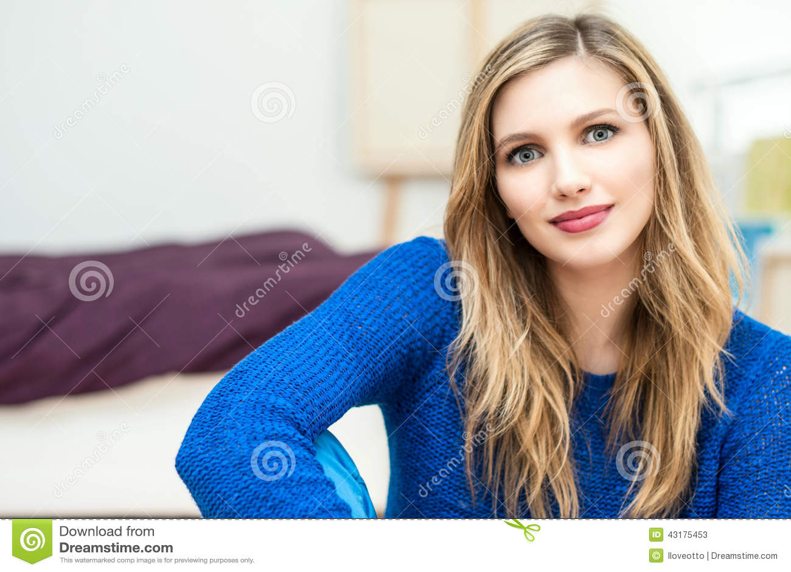 Beau jeune portrait attrayant de sourire de femme