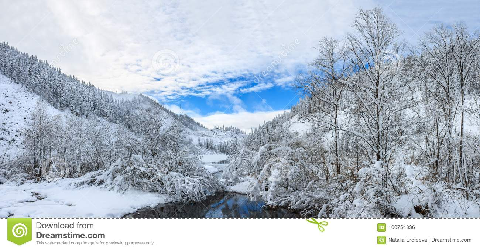 Beau lac Amut en collines de taiga sur l Extrême Orient de la Russie début octobre Montagne en hiver Belle nature neigeux