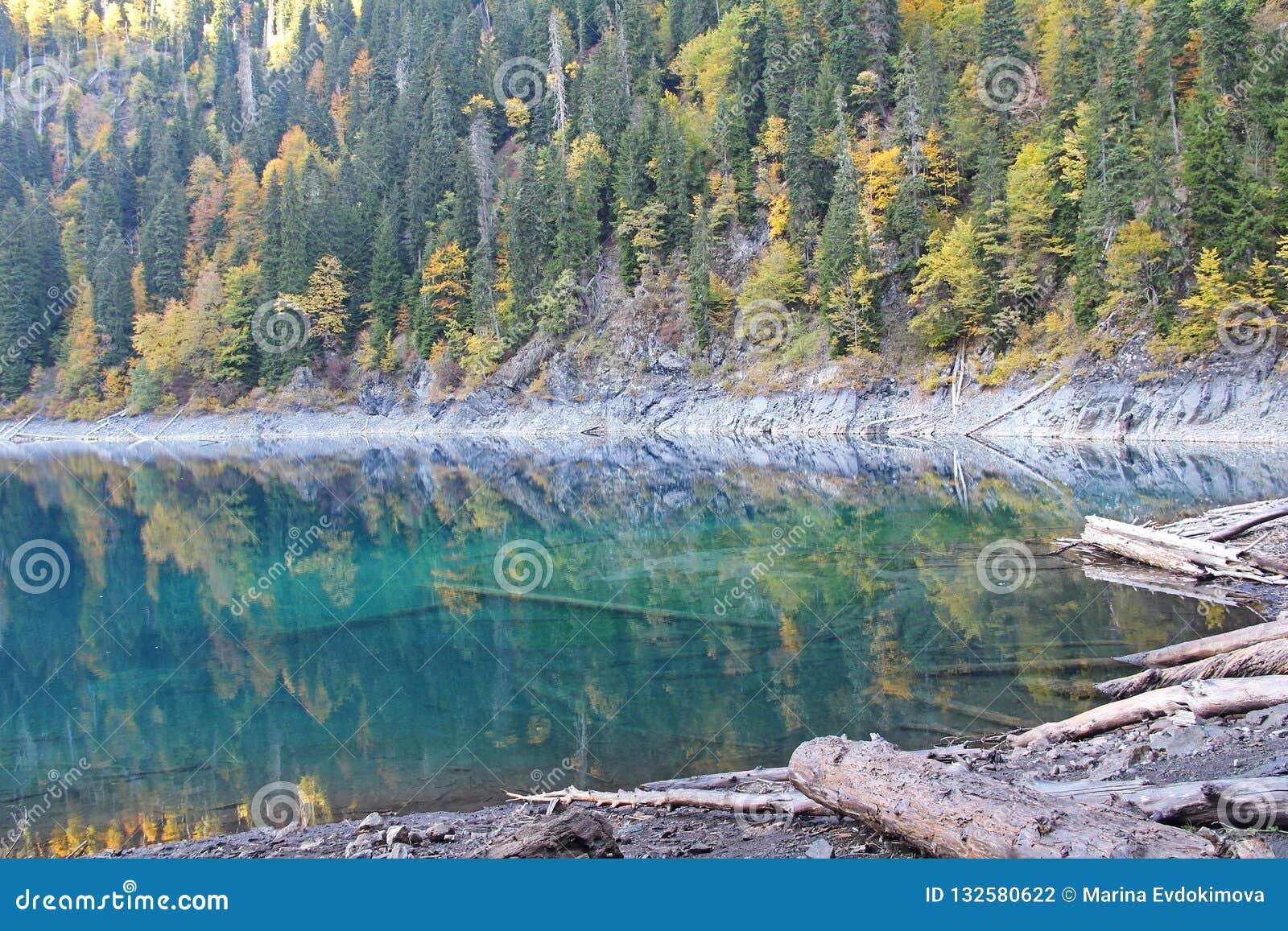 Beau lac entouré par des montagnes et des forêts en automne Malaya Ritsa, Abkhazie