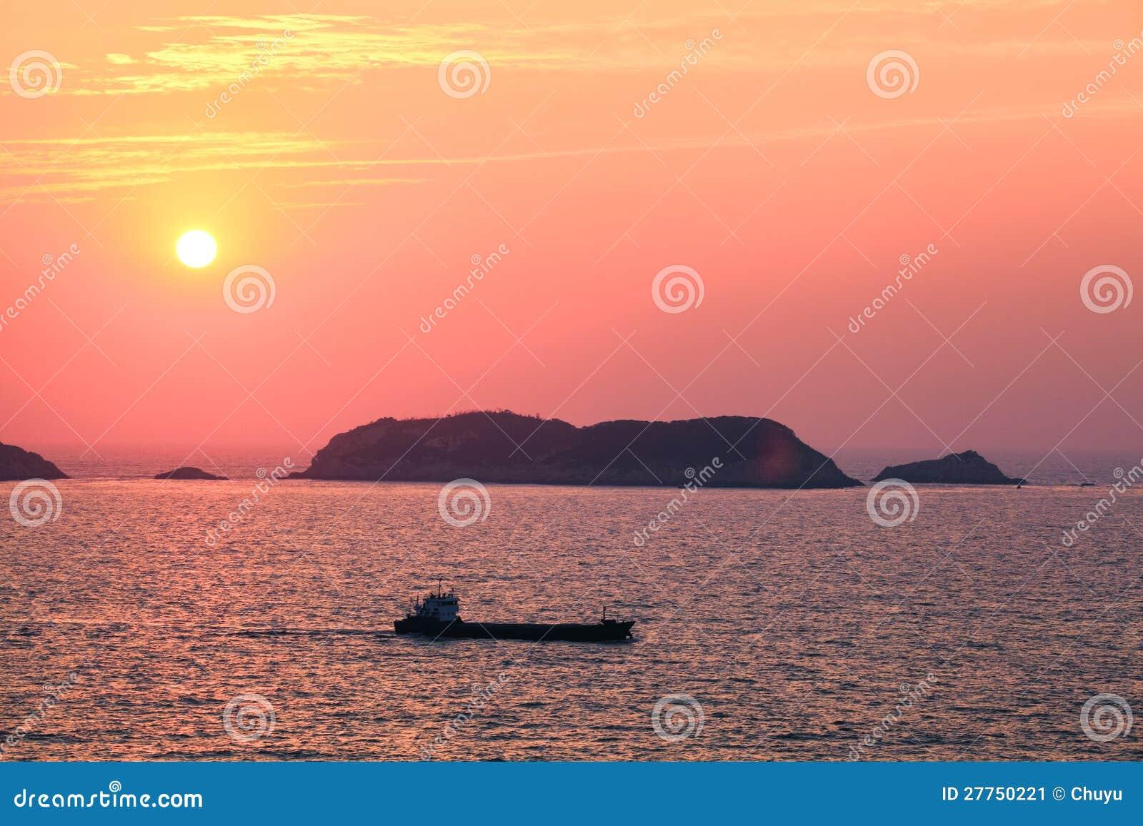 Beau lever de soleil au paysage marin