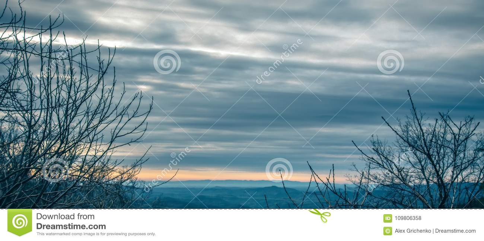 Beau lever de soleil de couleurs en pastel en montagnes d arête bleue