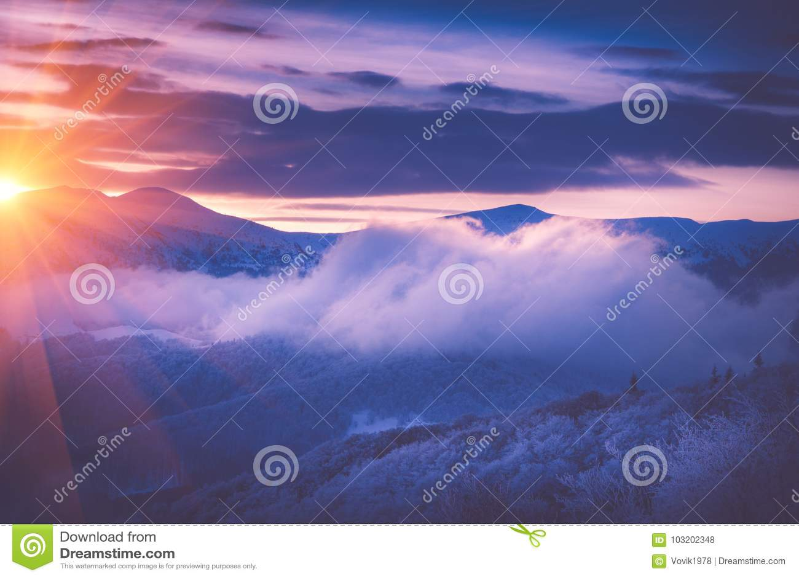 Beau lever de soleil dans les montagnes d hiver Im filtré